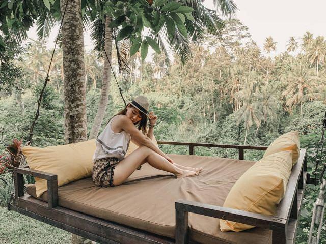 發現峇里島#森林SPA 這個美麗的 #吊床還沒發☺️☺️ 來#峇里島這麼多次,這次是第一次住在#烏布。  之前愛海勝於林, 到烏布多半是拉車來玩泛舟、看看烏布皇宮與市集 隨著年紀的增長, 這次住在烏布完全愛上了這世外桃源, 山林涼爽的氣溫與充滿綠意鳥鳴的景致, 讓人完全可以無盡放鬆  真的很佩服想到這些令人放鬆飯店的Idea哈哈 希望明年有機會參加好朋友的峇里島世紀婚禮時能再發掘更多#巴里島美妙的地方啊 #峇里島老司機#bali #ubud #forest #spa #travel #life #igtravel