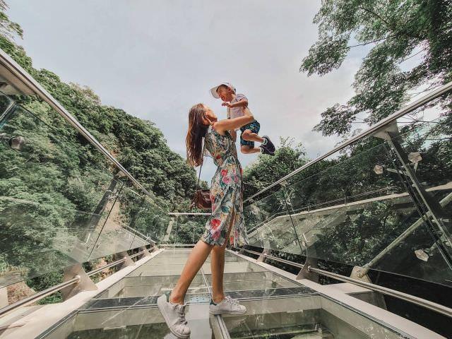 #天空步道 雖然只有短短的11公尺 不過高度的確是滿高的哈哈哈 還好 Simba和我一樣都不會害怕 綠樹環繞🌱,瀑布就在腳底 感覺還是蠻舒服的❤️ 景點文章在部落格唷✏️ (👆點自介網址)  #桃園景點 #小烏來 #小烏來風景區 #小烏來天空步道 #親子遊  #travel  #travel #桃園一日遊 #family #momandbaby #son  #背包客棧