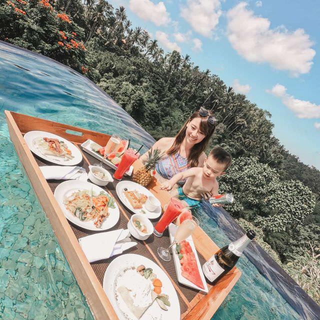 濕濕冷冷的Monday超Blue 昨天才沉浸在入厝的喜悅中,今早就被冗長通勤時間大打臉 需要重口味一點的旅遊回顧來撫平~哈哈哈 - Bali這幾年很流行#漂浮早餐 拍起照來真的是無敵  最近因為搬家很忙的緣故, 緩慢地著手在寫這間超美我們也超愛的飯店kamandalu ubud  我們都覺得以這樣超美豪華的景致來說,CP值算是很高了 (其他間這麼美的飯店都超貴!) . 傑瑞米最常問我峇里島系列文章的進度就是這間了 每次提到峇里島就會問我#kamandalu #ubud寫了嗎?哈哈 可見他有多喜歡 台灣這間分享心得不多,所以我們都很想記錄下來分享給大家~等等我 - 另外,今年會去第六次巴里島喔! 誰叫我把我的朋友都教壞了,大家都要去峇里島結婚哈哈哈  #珍米峇里島 #珍米旅行 #balitravel #bali #travel #swimmingpool #momandbaby #balihotel #mommyblogger #travelblogger